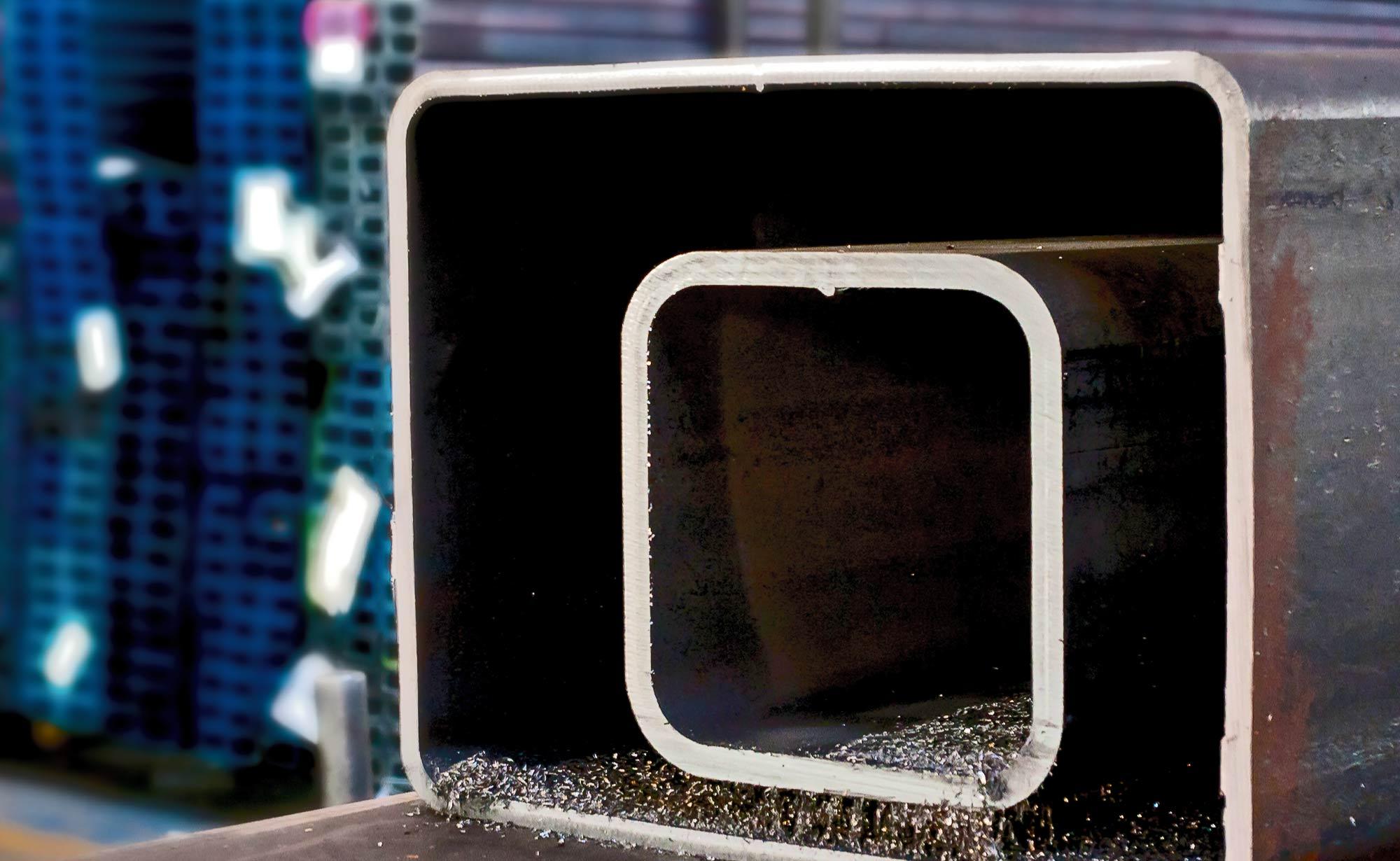 foto di doppio tubo rettangolare tagliato presso Vicini Tubi spa prodotti siderurgici e tubi strutturali Firenze