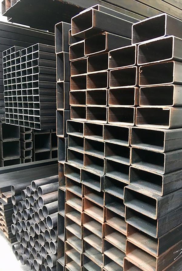 foto assortimento materiale corten in interno magazzino presso Vicini Tubi spa Firenze
