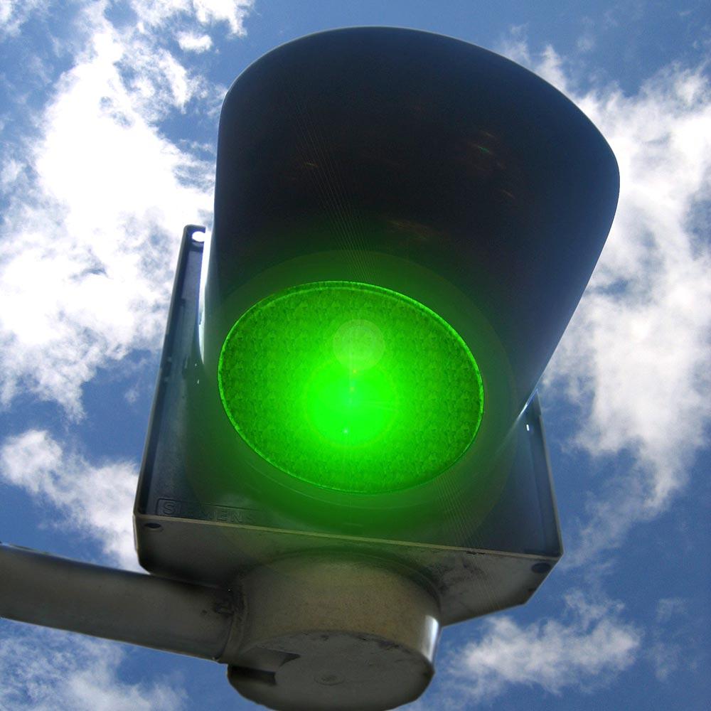 foto semaforo verde per a simbolo delle normative