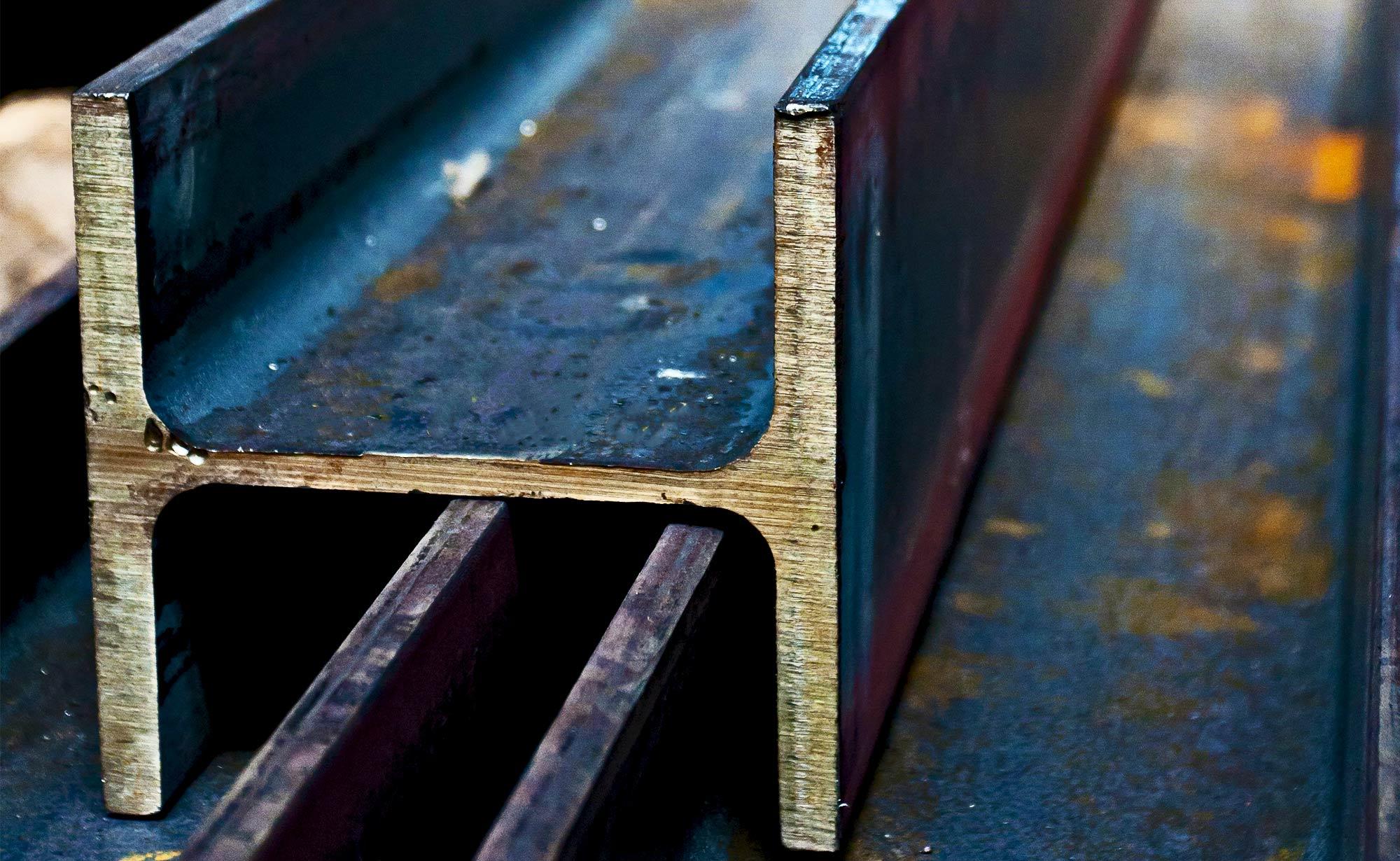 foto di travi con profilo a t in magazzino presso Vicini Tubi spa prodotti siderurgici e tubi strutturali Firenze